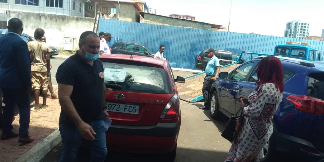 Tráfico remolca los vehículos en venta hallados en el parking de GETESA